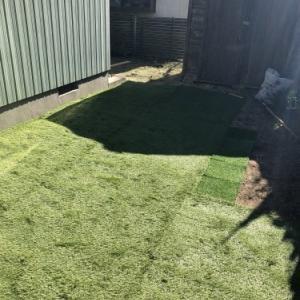 狭い庭に人工芝を設置