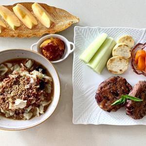 赤豆のハンバーグとキャベツと海苔の赤米雑炊