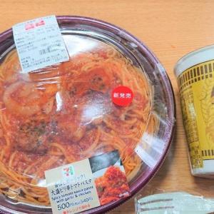 香ばしガーリック!大盛りピリ辛トマトパスタとカップヌードル黄金鶏油鶏塩!!