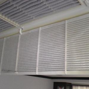 天井埋め込み式エアコンも不織布でホコリ除去