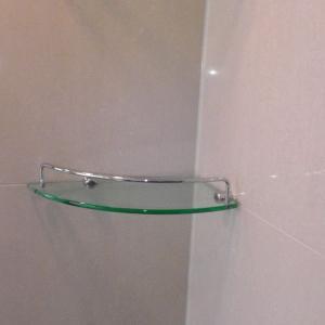 浴室の棚は外して掃除する