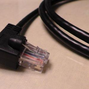 L型コネクタのLANケーブルを使う