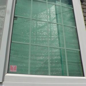朝日による室内温度上昇を抑えるため、東の窓に銀マットを立てる