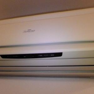 エアコン室内機に不織布をかけてホコリ付着防止