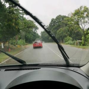 雨の日に車で通勤。マラッカ郊外