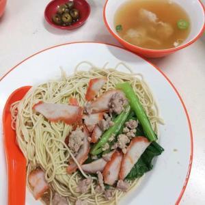 マレーシアの友人のある日の夕食の雲吞麺と牡蠣入りオムレツ