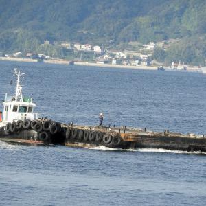 バージ船(台船・運搬船) 呉湾港内を航行中。