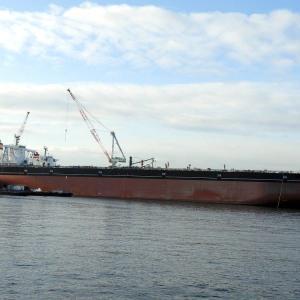 タンカー船(豊弥 TOYA)の沖には新造船FIRST PHOENJIXが