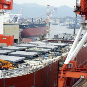 船上にヘリポートマークが描かれた建造中の貨物船