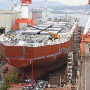新造貨物船の船尾・スクリュウーと舵はまだ取り付けられていない。