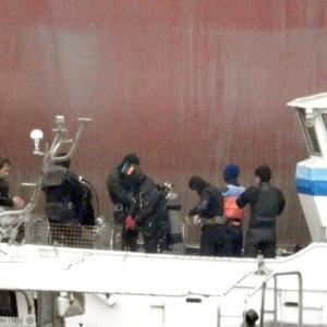 新造タンカー船・ 豊 弥(TOYA) の傍で潜水作業が・・・・・。