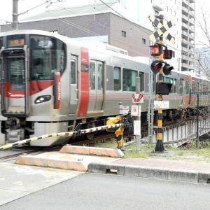 呉線堺川(さかいがわ)鉄橋を走るラッピング電車。