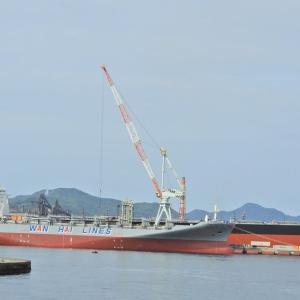 WAN HAI 321 春吉 コンテナ船が艤装桟橋に係留されていた。