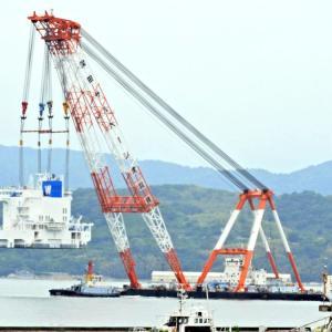 ブリッジ(船橋)が起重機船駿河による吊り上げ移動。