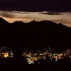 真っ暗な夜空に山頂だけが輝く光の帯が・・・・・。