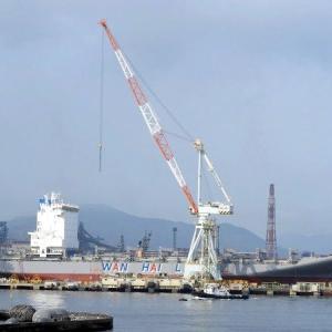 造船所の艤装桟橋奥にコンテナ船・WAN HAI 322春祥が係留。