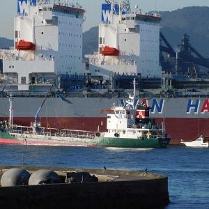WAN HAI 323春如・コンテナ船にタンカー船による燃料の給油。