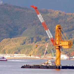 フローチングクレーン(起重機船)・天菱(てんりょう)が呉港沖に