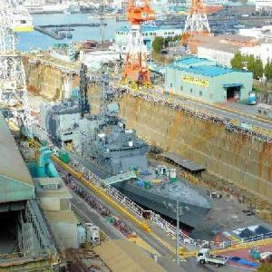 造船所の修理ドックには自衛隊艦船が。