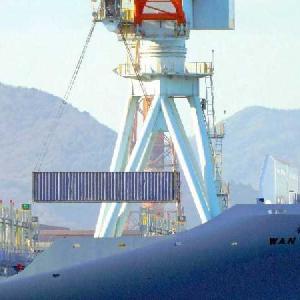 建造中の「WAN HAI 326 璀春 コンテナ船に、何故かコンテナが1個が積み込まれ。積み込まれ