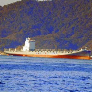 WAN HAI 326 璀春 コンテナ船が呉港沖に・・・・・。