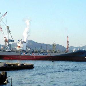 WAN HAI 328 亮春とWAN HAI 327 璨春が艤装桟橋に係留され。