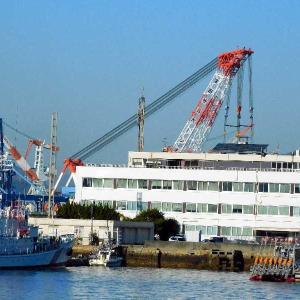 WAN HAI 328 春亮のブリッヂ(船橋)が吊り上げ移動が始まった。