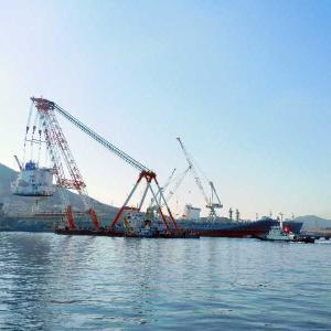 7番船のWAN HAI 328 春亮にブリッジ(船橋)の据付作業。