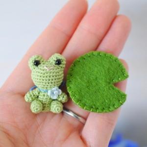 出品予定⑥刺繍糸の小さなカエルちゃん。
