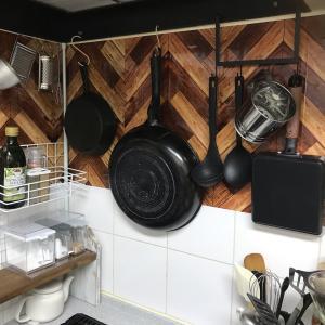 【レンジフードフックでキッチンを整理整頓!! シンク下にはお鍋を収納】