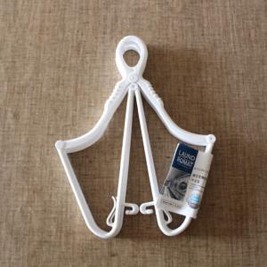 キャンドゥで発見!! 新商品の「襟元を伸ばさずに干せる折りたたみハンガー2本組」