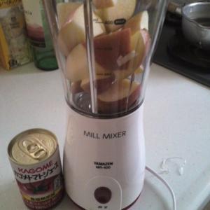 今度はりんご・トマトジュースのスムージーづくり