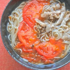簡単で減塩&ヘルシーやさしい旨みのトマトともずく酢スープの肉蕎麦。