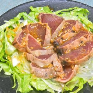 ちょっとひと手間でボリューミィ!簡単おつまみ〜鰹のたたきサラダ。