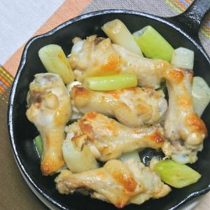 スキレットで簡単おつまみアレンジ焼き鳥〜手羽元のねぎ塩焼き。