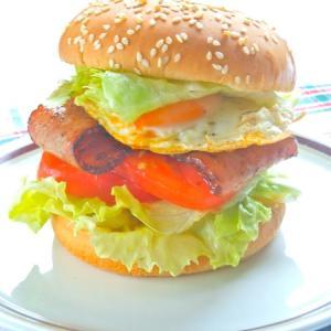 スパイシー!!!辛いのが美味しい〜 BLTエッグバーガー。