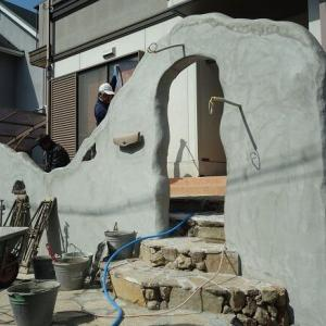 塗り壁仕上げのアーチを作成中!