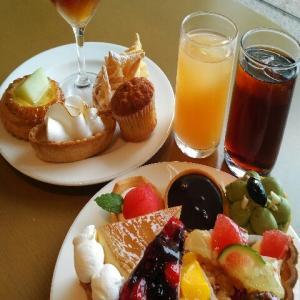 【最新版】小田原ヒルトン『ロビーラウンジ(Hilton Odawara Resort Lobby Lounge)』のタルトの祭展・ デザートビュッフェ 「Splash Tart Gallery」なケーキバイキング・スイ-ツブッフェ・デザート食べ放題(2021年6月)♪♪♪♪♪