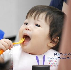 離乳食。スプーンを突っ込んだり引き抜いたりせずに赤ちゃんの下唇にのせて上唇の動きを待ってみて♪