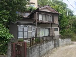 鎌倉山のふもとの静かな住宅地の小さな売地。