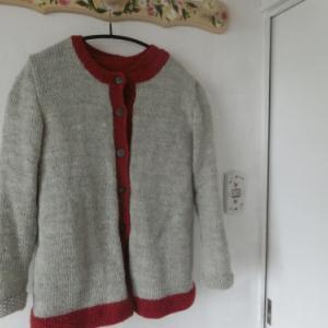 アンサンブルのセーターとカーディガン
