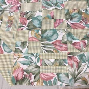 ハギレをパッチワークした布と六角形にカットした布