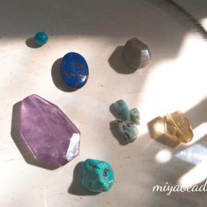 天然石の「光」と多肉の「緑」