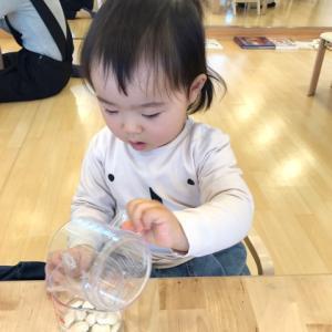 食事中に水をこぼすのはイタズラでしょうか?  横浜 モンテッソーリ幼児教室