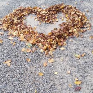 穴澤天神社にお詣りと、落ち葉でハートマーク