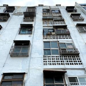 〈釜山古アパート巡り〉釜山の街を見下ろす青いアパート・宝水アパート