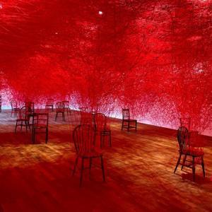 塩田千春の展示「Between us」、モチーフは韓国のあれから…?