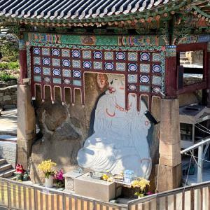 玉泉庵の白い摩崖仏
