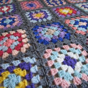 モチーフ編みのブランケット