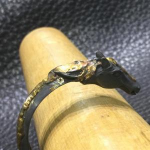 ガボラトリーのバングル,  18キャラット ゴールド ラヴァ フロー オン ホース ウイズ ティース トライアングルワイヤー バングル